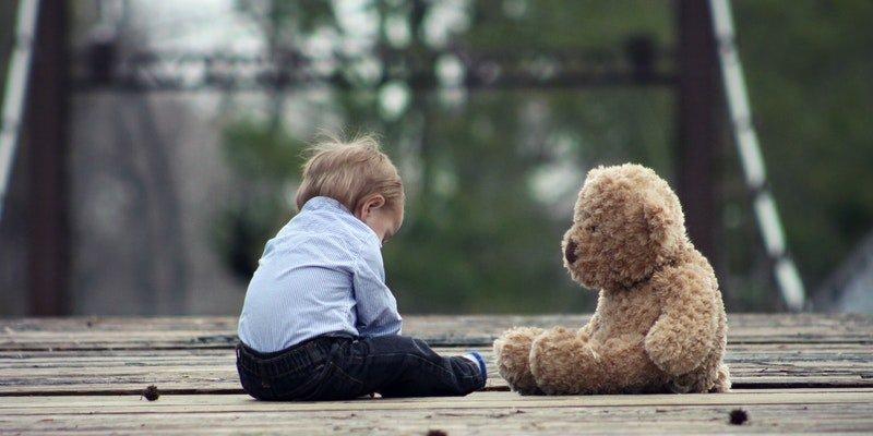 Niño con oso de peluche